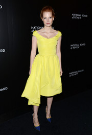 Jessica Chastain polished off her look with a pair of blue and yellow satin pumps, also by Oscar de la Renta.