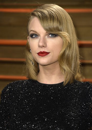 Taylor Swift exuded vintage charm with her finger-wave bangs during the Vanity Fair Oscar party.