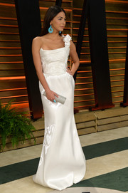 Moran Atias finished off her outfit with a classy silver tube clutch by Amanda Pearl.