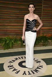 Anne Hathaway played up her super-slim figure in a strapless monochrome column dress by Viktor & Rolf during the Vanity Fair Oscar party.