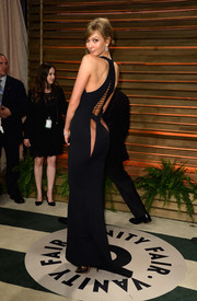 Karlie Kloss looked dangerously hot in a butt-baring black cutout dress during the Vanity Fair Oscar party.