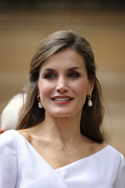 Queen Letizia of Spain kept it demure and ladylike with this loose half-up hairstyle during her tour of London.