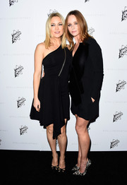 Kate Hudson and Stella McCartney wore chic head-to-toe black dresses as the actress posed on the red carpet with the talented designer.