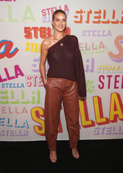 Rosie Huntington-Whiteley looked fabulous in a brown one-sleeve knit top by Stella McCartney during the brand's Autumn 2018 collection launch.