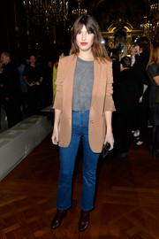 Jeanne Damas completed her low-key look with a pair of high-waisted blue jeans.