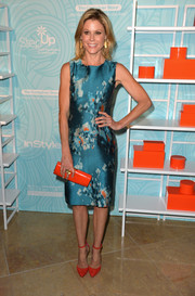Julie Bowen's red Oscar Tiye ankle-strap pumps provided a striking color contrast to her dress.