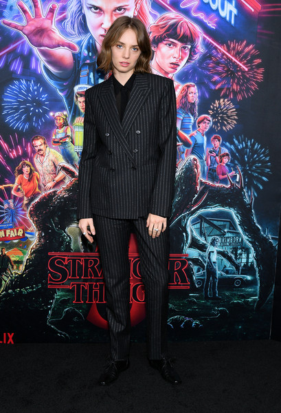 Maya Hawke completed her outfit with black leather lace-ups.