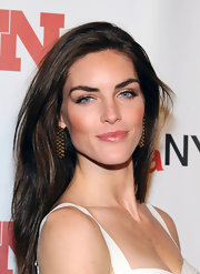 Hilary Rhoda polished off her look with a pair of gold dangle earrings.