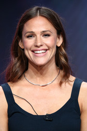 Jennifer Garner sported a simple wavy hairstyle at the Summer 2018 TCA Press Tour.