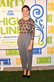 Olivia played with proportions when she wore these high-waisted gray pants that tapered off at the ankles.