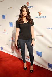 Ashley Greene stepped onto the Comic-Con red carpet in a basic black tee and skinny blue jeans. Soft waves and black peep-toe pumps finished off her casual style.