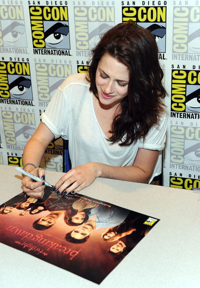 Kristen Stewart sported a dark blue mani during Comic-Con 2011.