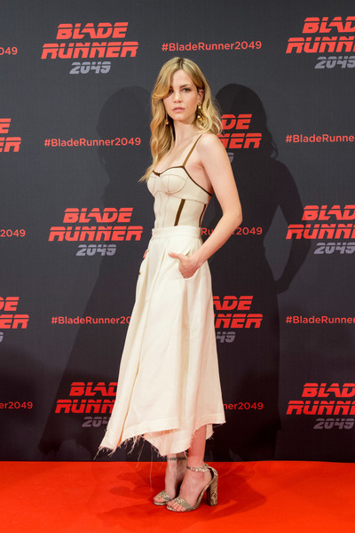 Sylvia Hoeks Strappy Sandals [blade runner 2049,photo,clothing,carpet,premiere,red carpet,dress,fashion model,flooring,event,public event,fashion,denis villeneuve,filmmakers,stars,actors,ana de armas,ryan gosling,barcelona,event]