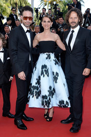 Natalie Portman complemented her dress with a pair of knotted black satin peep-toes.