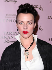 ctress Debi Mazar showed off her slicked back bun, which was embellished with curls. Her center parted bun looked a bit inspired by Spanish woman Frida. No?
