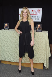Taylor Armstrong wore a black tie-waist belt for her book signing.