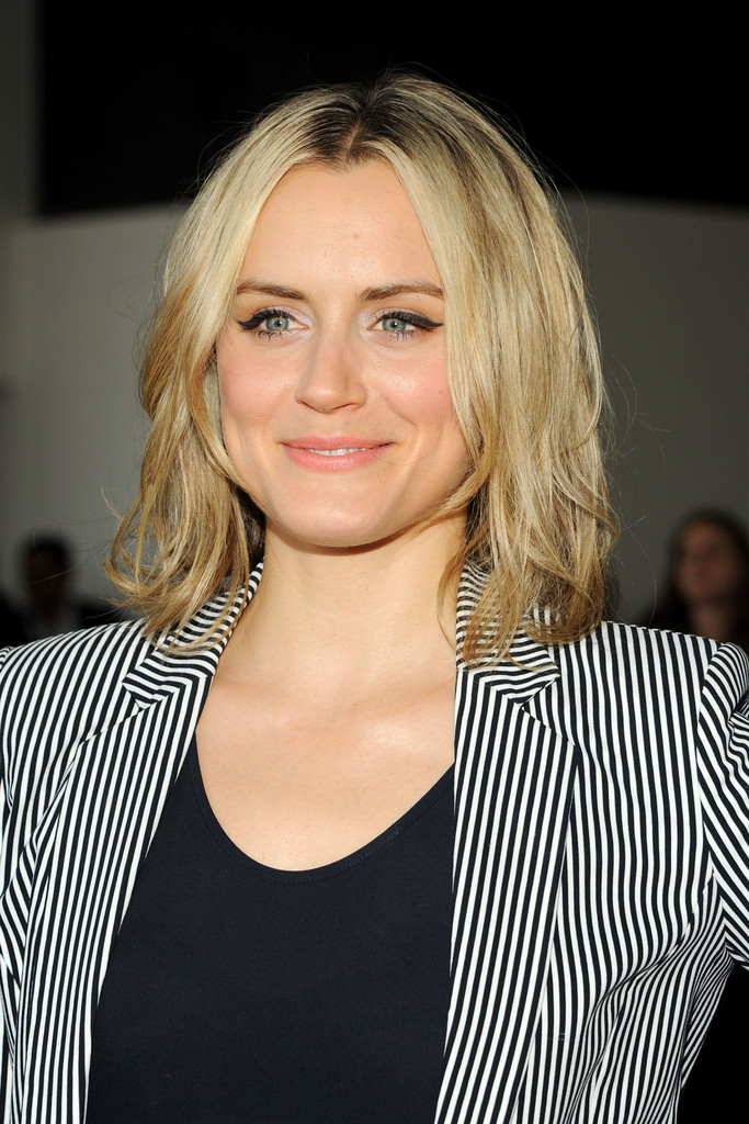 Taylor Schilling Medium Layered Cut Shoulder Length