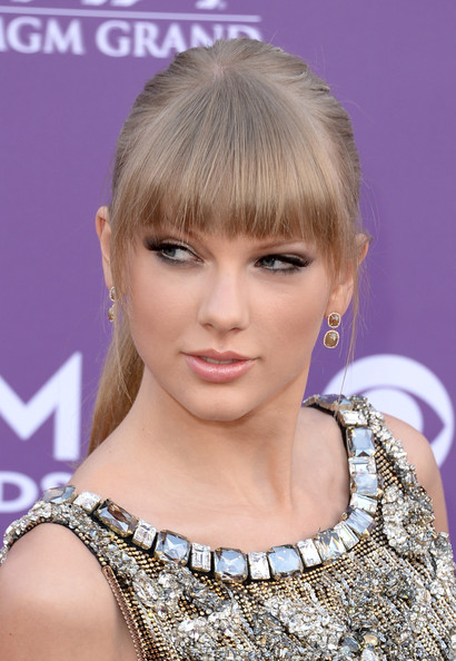 Taylor Swift Dangling Diamond Earrings [hair,face,hairstyle,blond,eyebrow,bangs,chin,beauty,eyelash,hair coloring,arrivals,taylor swift,nevada,las vegas,mgm grand garden arena,academy of country music awards]