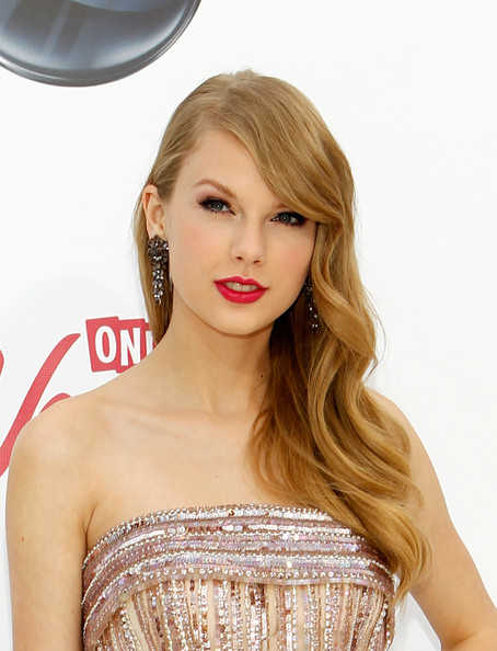 Taylor Swift Retro Hairstyle [hair,human hair color,blond,hairstyle,beauty,shoulder,fashion model,long hair,brown hair,hair coloring,arrivals,taylor swift,billboard music awards,2011 billboard music awards,las vegas,nevada,mgm grand garden arena]