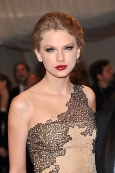 Taylor Swift Red Lipstick [alexander mcqueen: savage beauty,fashion model,hair,beauty,human hair color,hairstyle,eyebrow,fashion,lady,jewellery,shoulder,arrivals,taylor swift,alexander mcqueen: savage beauty costume institute gala,metropolitan museum of art,new york city,costume institute gala]