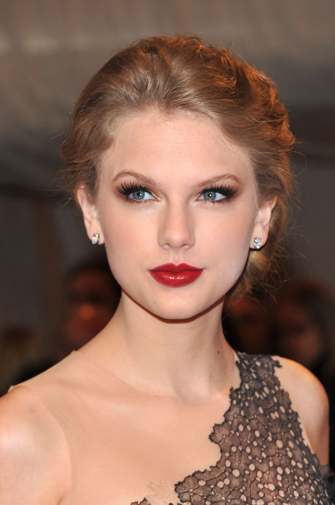 Taylor Swift Smoky Eyes - Taylor Swift Looks - StyleBistro