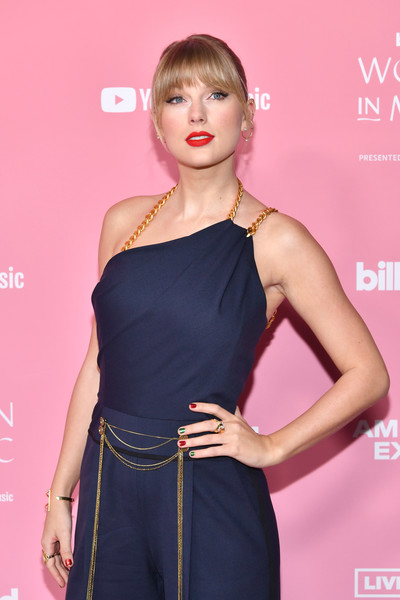 Taylor Swift Metallic Nail Polish [red carpet,hair,clothing,shoulder,hairstyle,dress,beauty,premiere,fashion,cocktail dress,lip,billboard women in music 2019,youtube,california,los angeles,taylor swift,youtube music]