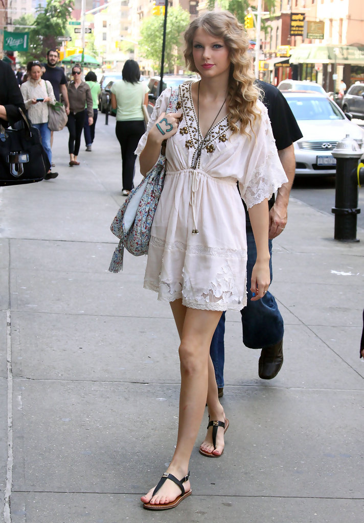 Taylor Swift Thong Sandals Taylor Swift Looks Stylebistro