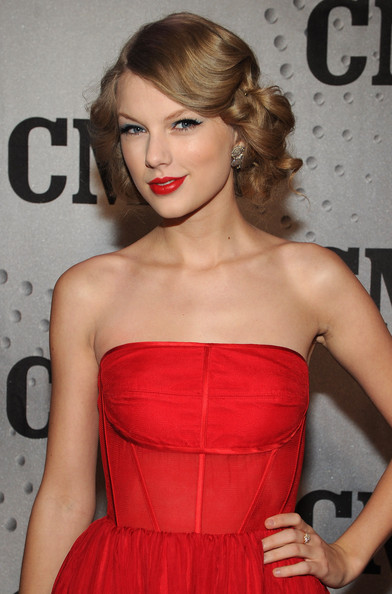 Taylor Swift Bobby Pinned Updo [cmt artists of the year,hair,clothing,dress,shoulder,fashion model,hairstyle,lip,strapless dress,red,cocktail dress,cmt artists,taylor swift,honoree,nashville,tennessee,bridgestone arena,celebration]