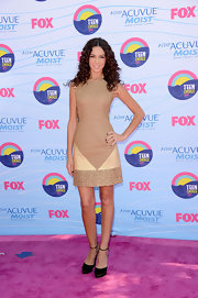 Terri looked simple yet splendid in this beige shift dress at the Teen Choice Awards.