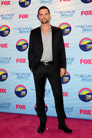 Shane West looked smart and stylish in a sleek black suit and a gray button-down shirt.