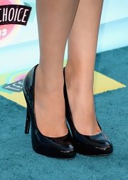 Black patent leather pumps brought out Bella's tropical print ensemble at the Teen Choice Awards.