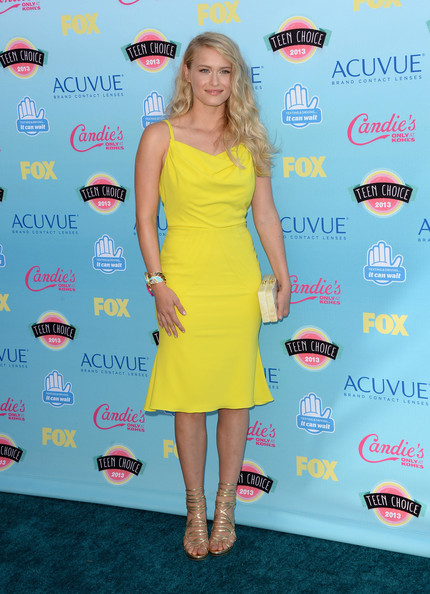 Leven went for the ultimate summer hue when she wore this canary yellow frock with a flared skirt.