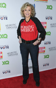 Jane Fonda sealed off her casual look with a pair of bootcut jeans.
