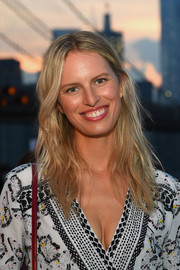 Karolina Kurkova was casually coiffed with this center-parted wavy 'do at the Thakoon fashion show.