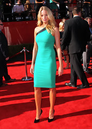 Rachel Nichols stepped it up at the ESPYS in a jade figure-hugging dress and black stilettos. The pointy patent pumps feature dangerously spiked heels.