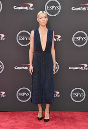 Jessica Szohr looked sultry at the 2018 ESPYS in a beaded navy gown with a navel-grazing neckline.