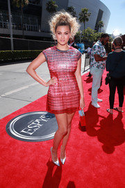Tori Kelly flashed her legs in a shimmering red mini dress at the 2019 ESPYs.
