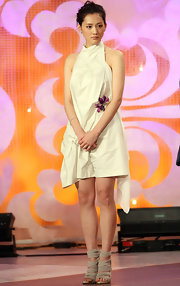Actress Haruka Ayase attened the Japan Awards wearing an interesting dress which almost resembled a sheet. Her fabric lace-up heels were darling, however.