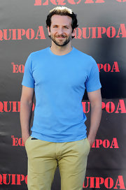 Bradley took the casual approach to his look in a scoop neck blue T-shirt.