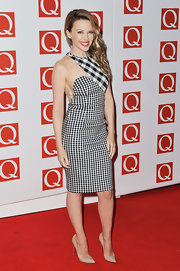 Kylie Minogue calmed down her contrasting checkers with a pair of pointy-toe nude pumps.