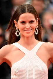 Izabel Goulart wore her hair down with a center part during the premiere of 'The Search.'