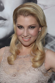 Ari Graynor wore her hair in smooth, shiny curls at the premiere of 'The Sitter.'