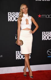 Karolina Kurkova complemented her outfit with a pair of elegant gray satin pumps.