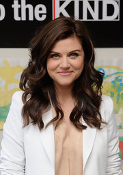 Tiffani Thiessen looked gorgeous with her loose waves while participating in a charitable event.