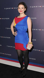 Hayley Atwell added polish to her color-block sheath with a champagne hard case clutch.