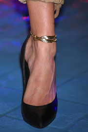 Hailey Baldwin attended the Tokyo Icons photocall wearing a chic gold anklet bracelet.