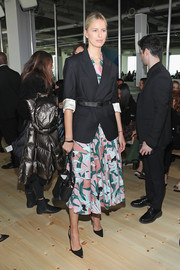 For her arm candy, Karolina Kurkova chose a black leather bag by Tory Burch.