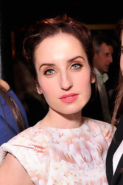 Zoe Lister Jones complemented her blue eyes with pearlescent apricot shadow.
