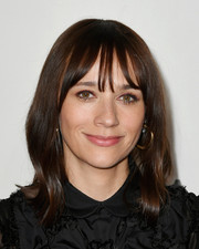 Rashida Jones wore her hair with wispy bangs and just the slightest wave at the 2019 Tribeca Film Festival.