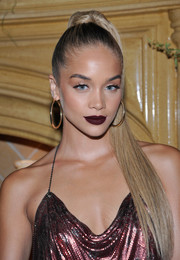 For her beauty look, Jasmine Sanders went sexy-goth with some dark lipstick.